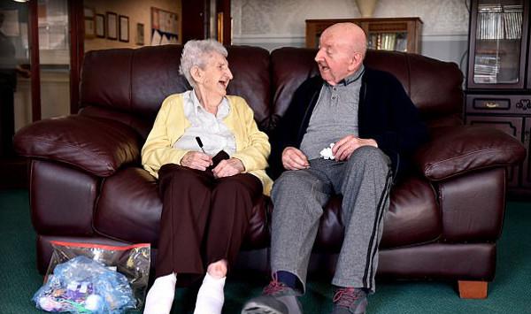 Com 98 anos, mãe se muda para mesmo asilo que o filho para cuidar dele