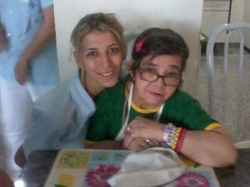 Cuidadora de hospital adota idosa sem família