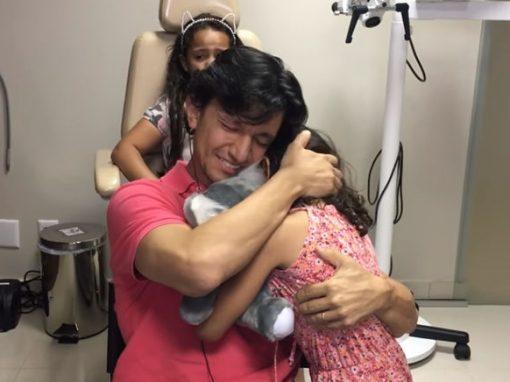 Pai se emociona ao escutar voz da filha após 33 anos sem audição