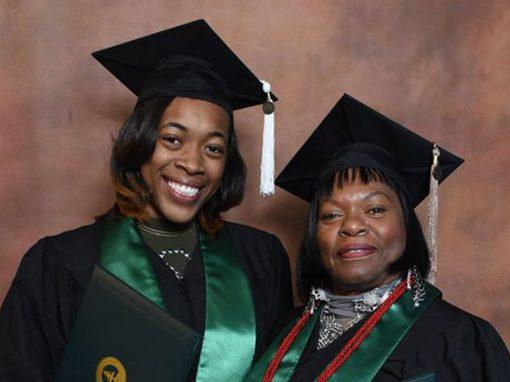 Avó e neta se formam e são laureadas juntas em universidade