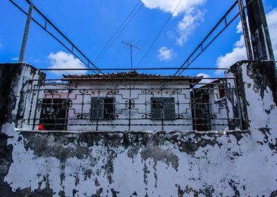 Num dos bairros mais associados à insegurança, moradores mantêm casas de muro baixo como forma de resistência
