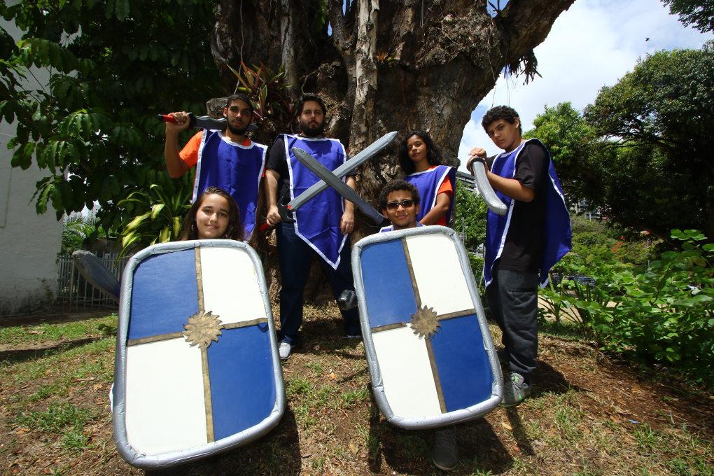 Com espadas e lutas medievais, recifenses promovem grupos de swordplay na Jaqueira
