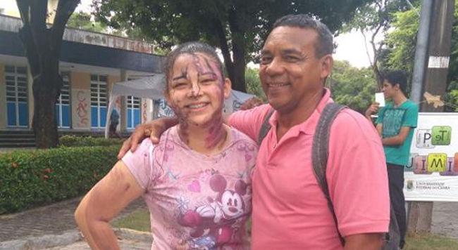 Faxineiro e filha são aprovados juntos em universidade federal