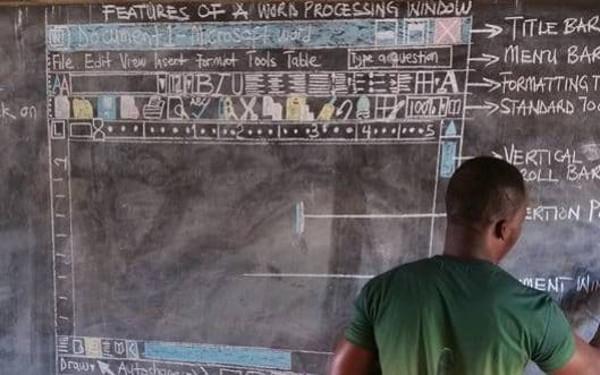 Microsoft ajuda professor africano que ensina alunos a mexer no Word