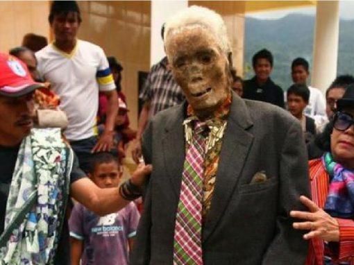 Mortos são 'acordados' a cada três anos para trocar de roupa e tirar fotos com parentes